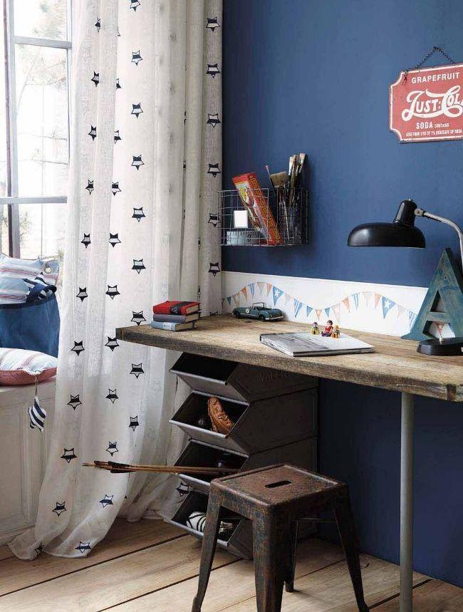 Деревянный письменный стол в винтажном стиле