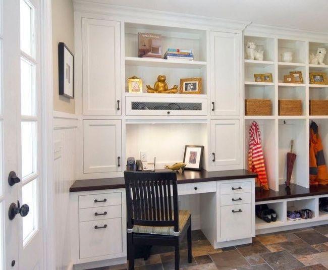 Многофункциональная конструкция из письменного стола и шкафов для хранения