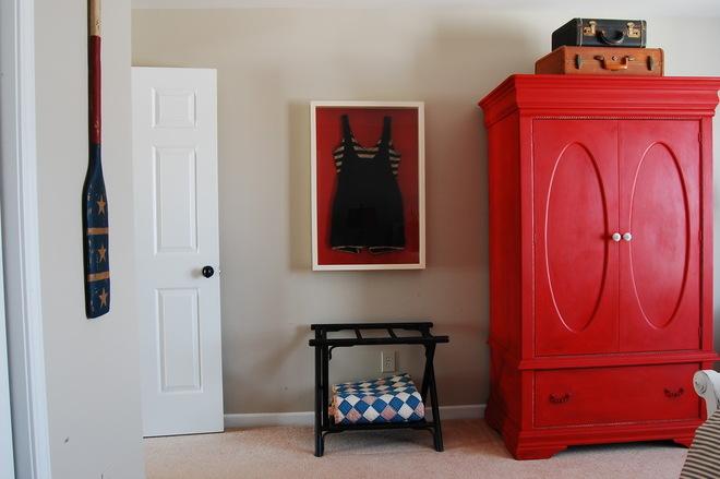 Хотите добавить акцент в свою спальню - используйте красный цвет, например в отделке шифоньера