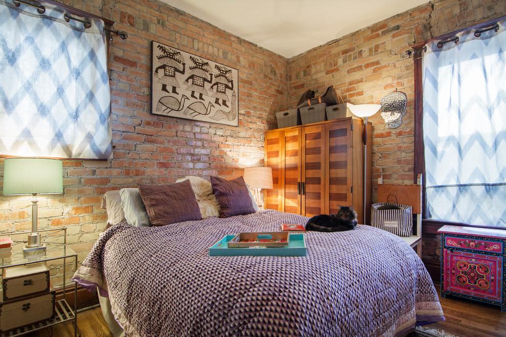 Шкаф в отделке с двух видов дерева станет отличным дополнением для спальни в стиле лофт