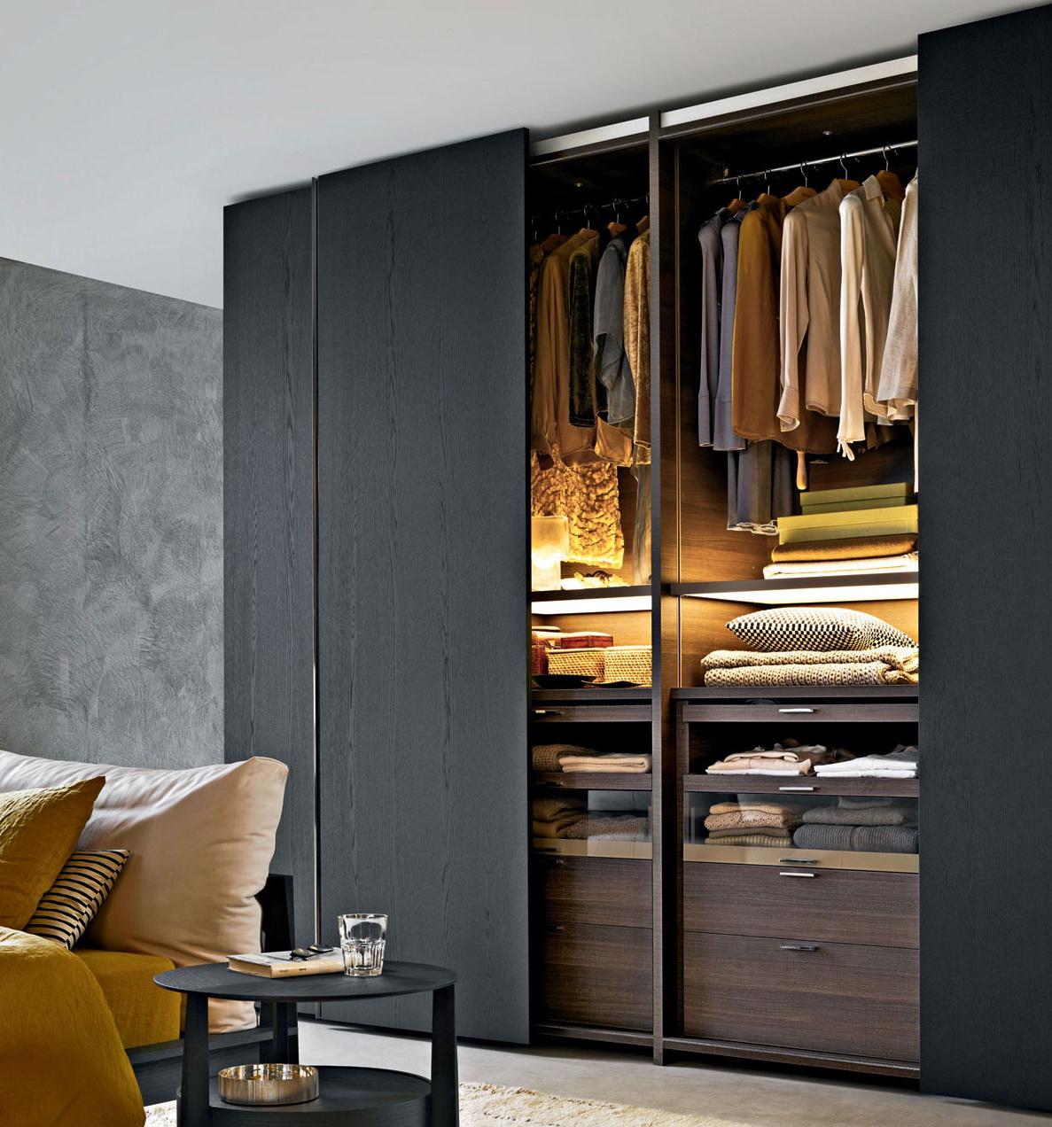 Подсветка в гардеробе - незаменимая вещь, ускорит поиски нужных вам вещей