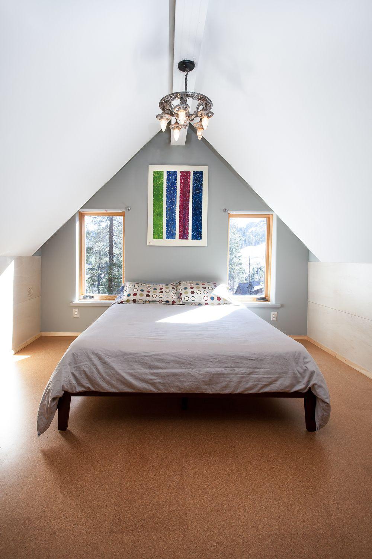 Пробковый пол в спальной комнате