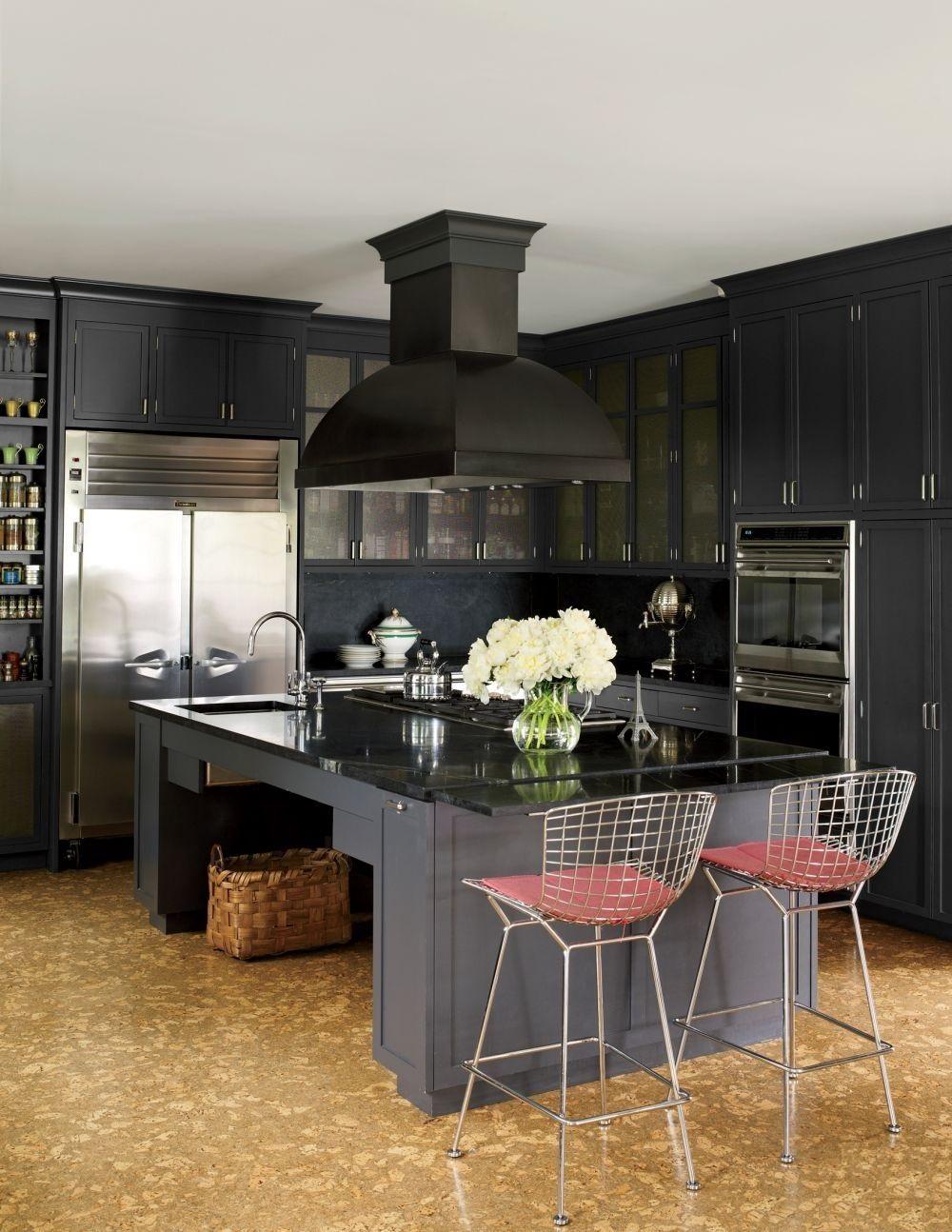 Пробковый пол в кухне, оформленной в стиле неоклассика