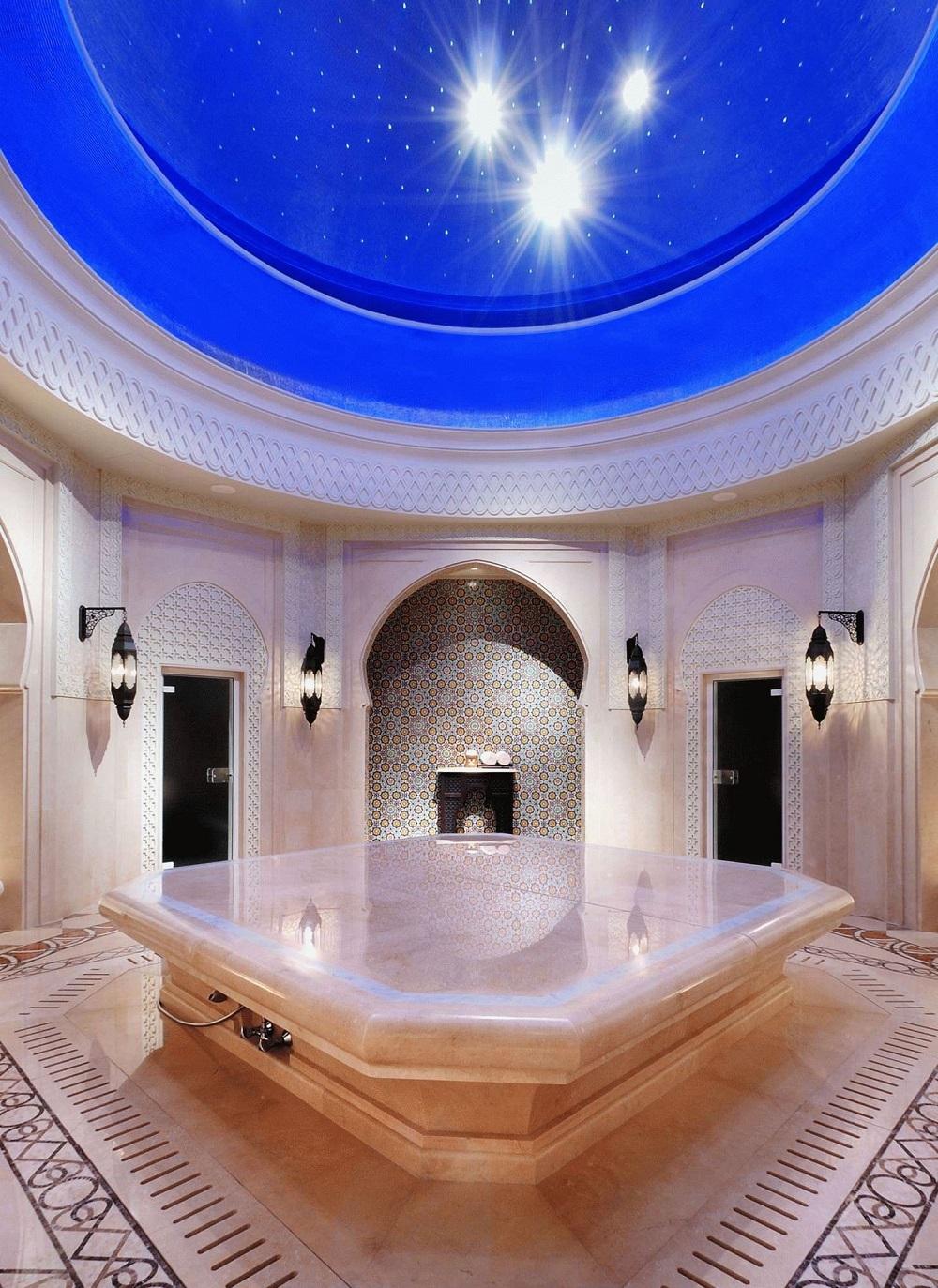 Небольшая баня хамам с интересным цветовым оформлением
