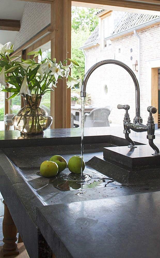Раковина из искусственного камня всегда добавит на кухню капельку индивидуальности