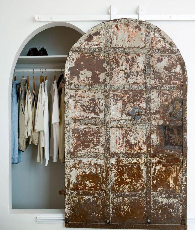 Оригинальная дверь-купе в гардеробной