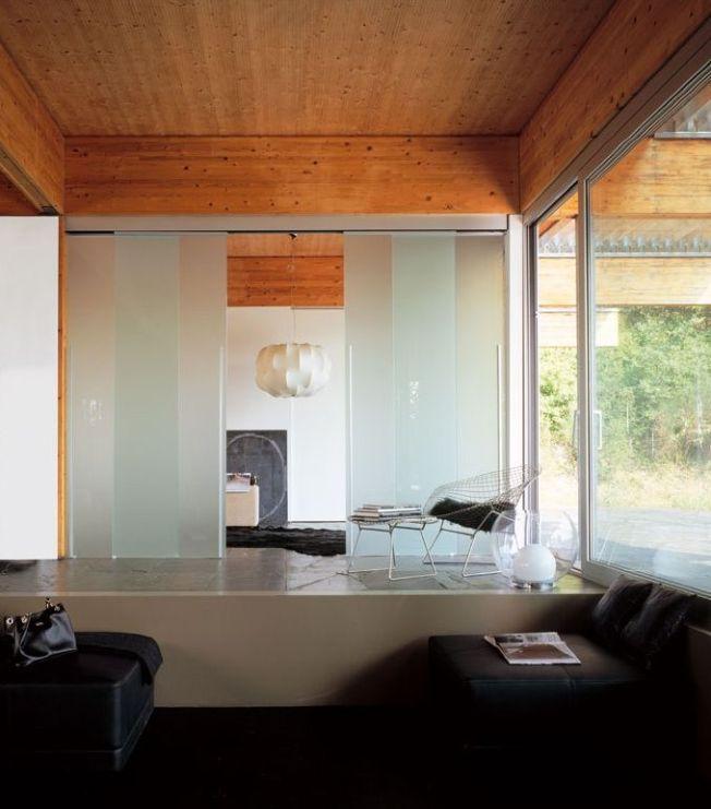 Современная стеклянная дверь-купе