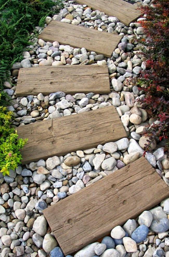 Насыпная дорожка из гравия с деревянными элементами