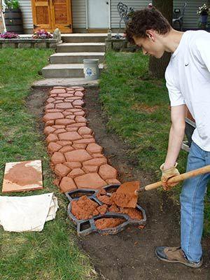 Процесс изготовления садовой дорожки с помощью формы