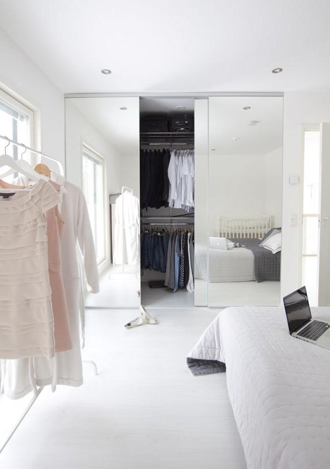 Гардероб с зеркальными дверцами в спальне