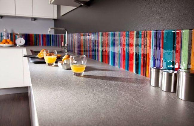 Яркая полоска стеклянного фартука-скинали на серой кухне