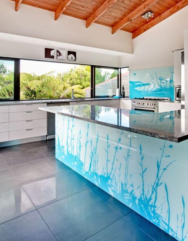 Рисунок на скинали перекликается с рисунком на кухонном фасаде