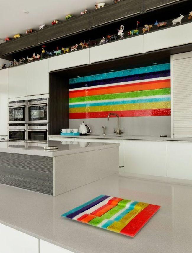 Яркие разноцветные полоски на стеклянных скинали