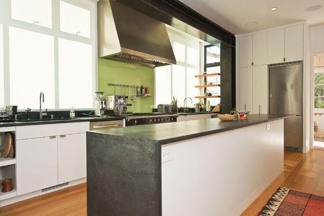 Веселая салатовая панель-скинали на современной кухне