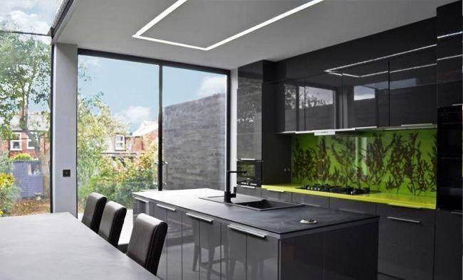 Сочные зеленые скинали оживляют кухню в темных тонах