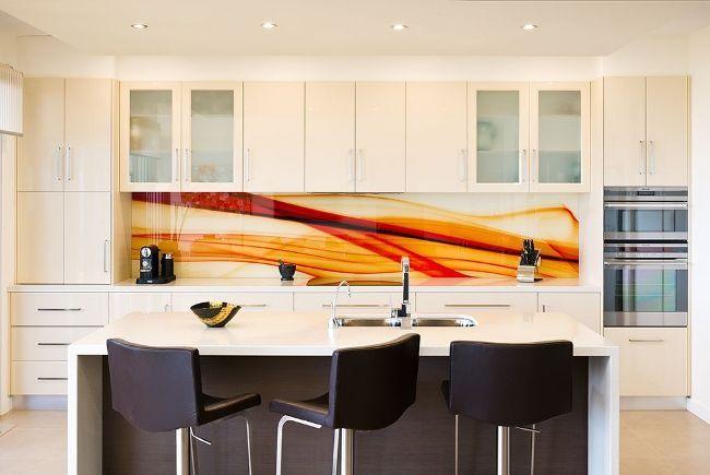 Оранжевые переливы на скинали привнесут в кухню солнечное настроение