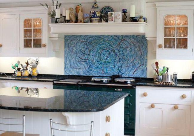 Контрастный стеклянный фартук на кухне