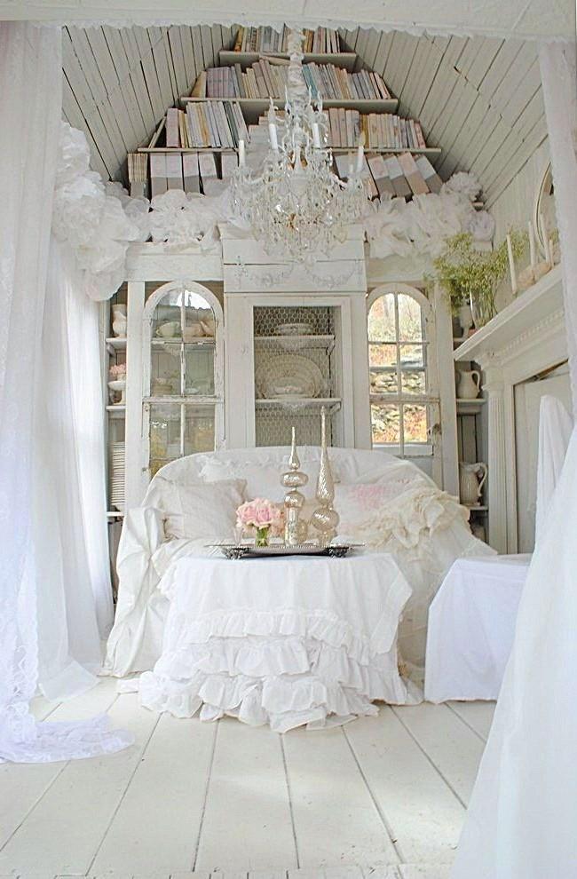 Нежные белые шторы с рюшами гармонируют с такой же скатертью и накидкой на диван