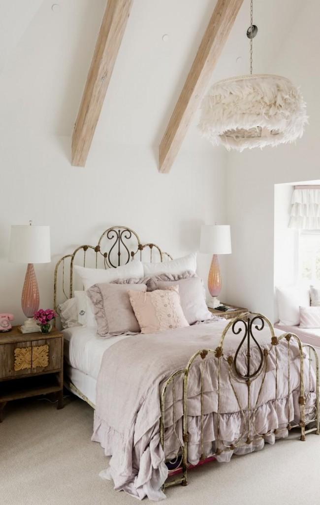 Деревянная тумба с резными дверцами ручной работы и оригинальный плафон из ткани придают уникальности интерьеру