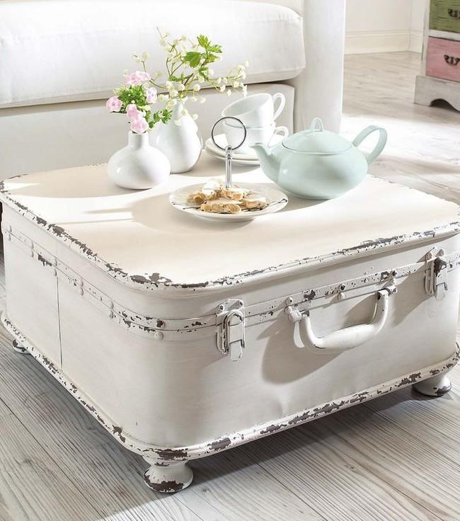 Прекрасный чайный столик в гостиной создан из старого чемодана