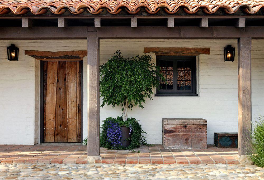 На лето можно выставлять дерево фикуса на улицу, добавив яркий акцент фасаду здания