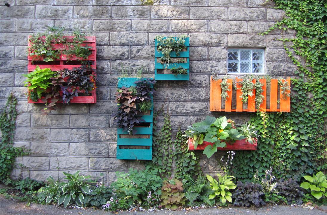Украшение фасада дома - разноцветные ящики с цветами