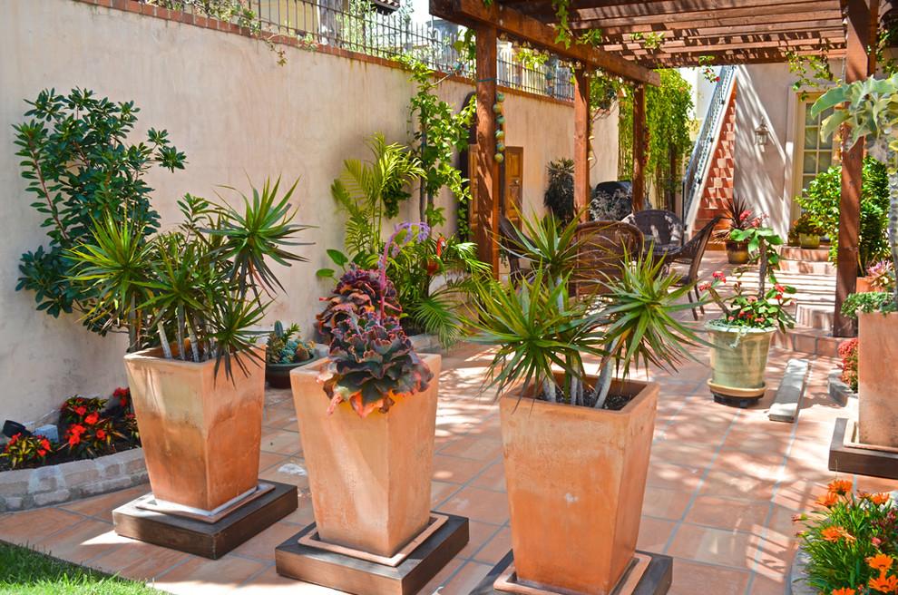 Уличные цветочные вазоны и горшки не только помогают садоводам в культивировании особо чувствительных растений, давая возможность подбирать для каждого зеленого питомца оптимальный почвенный состав, но и являются одним из лучших способов расставить яркие акценты, подчеркнув все великолепие и гармоничность сада