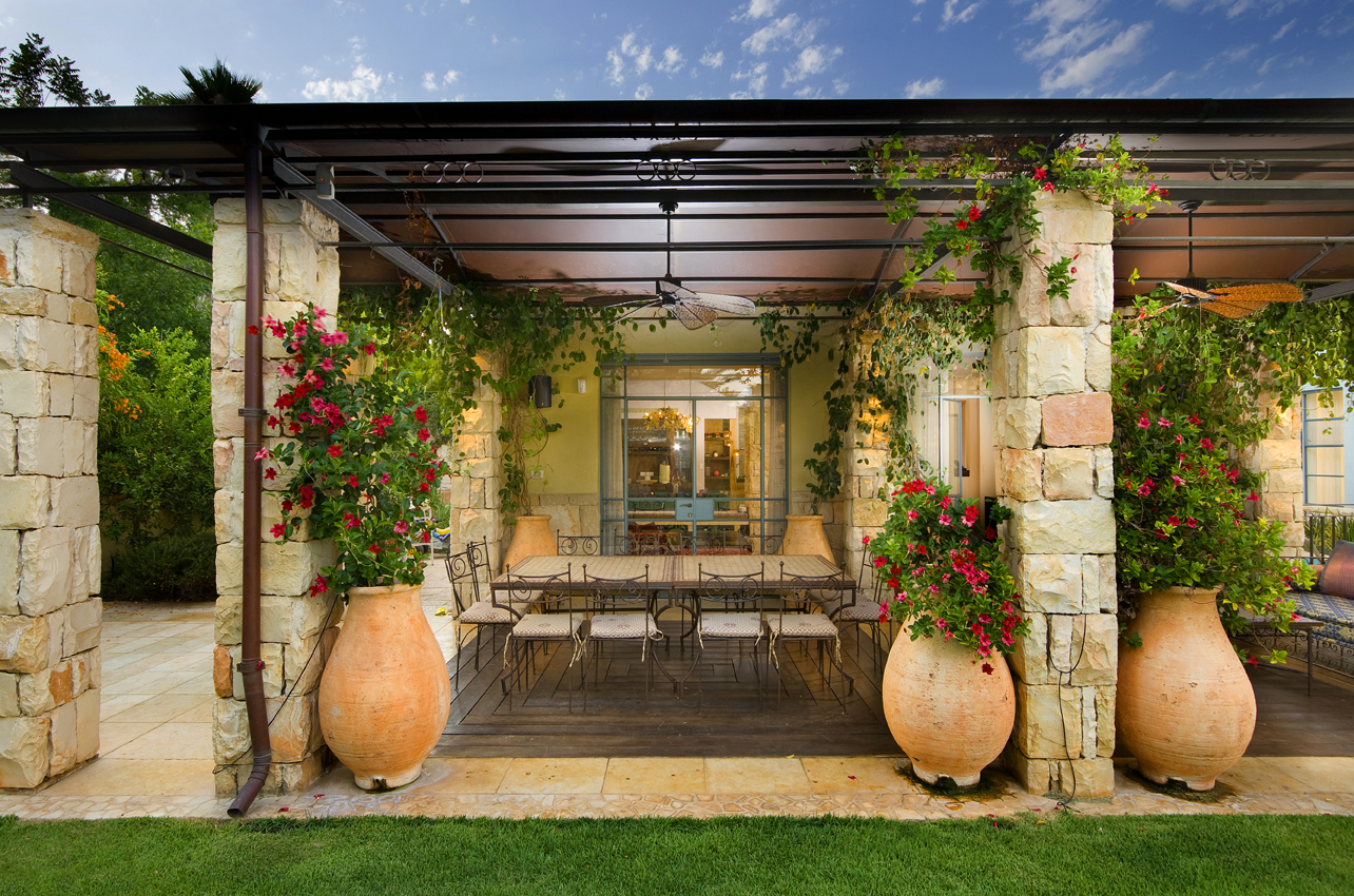 Амфоры для цветов, которые иногда еще называют мобильными клумбами, – это превосходное декоративное решение для любого стиля ландшафтного дизайна