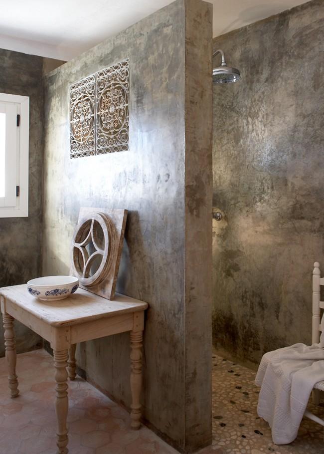 Душевая в античном стиле, облицованная венецианкой