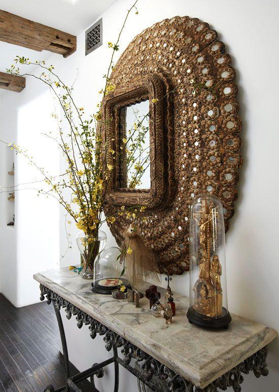 Небольшое зеркало в декоративной раме