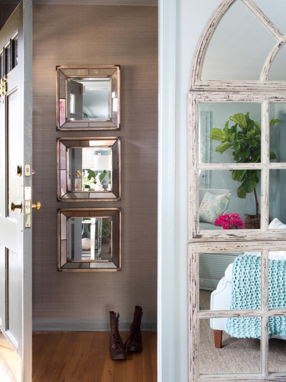 Три небольших зеркальных квадрата, расположенные рядом друг с другом