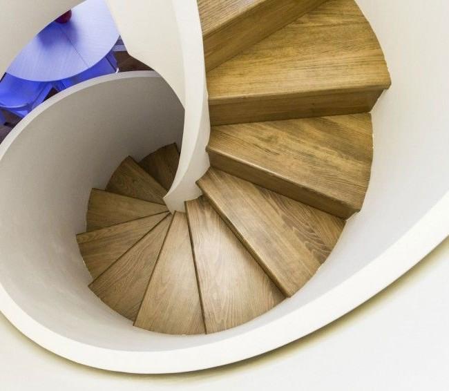Винтовая лестница с деревянными ступенями