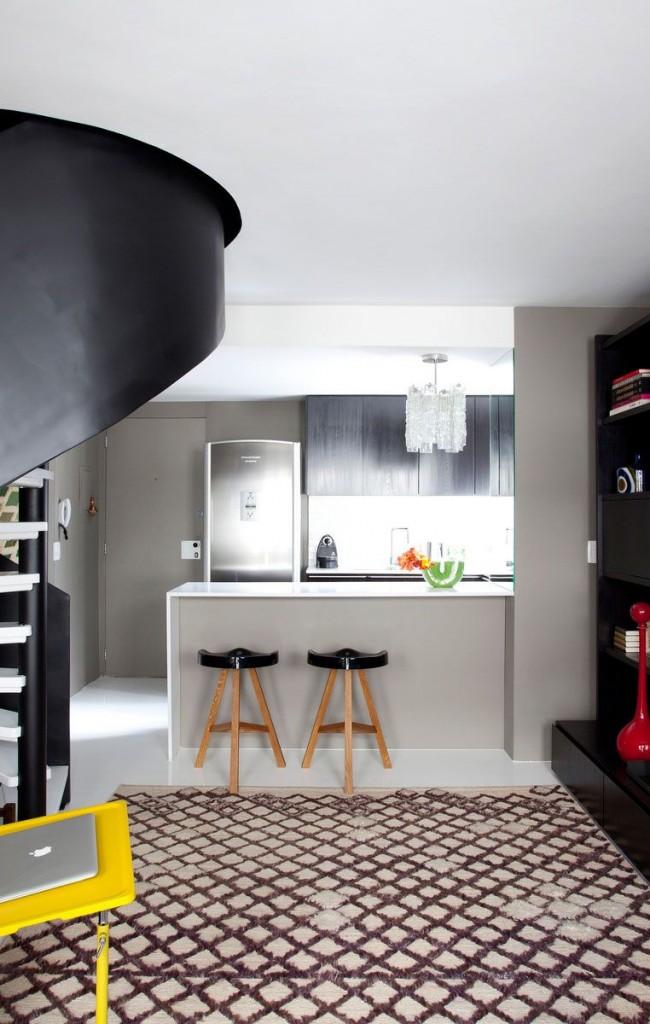 Чёрная винтовая лестница с белыми ступенями