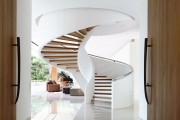 Фото 1 Винтовая лестница (50 фото): эффектные интерьерные решения