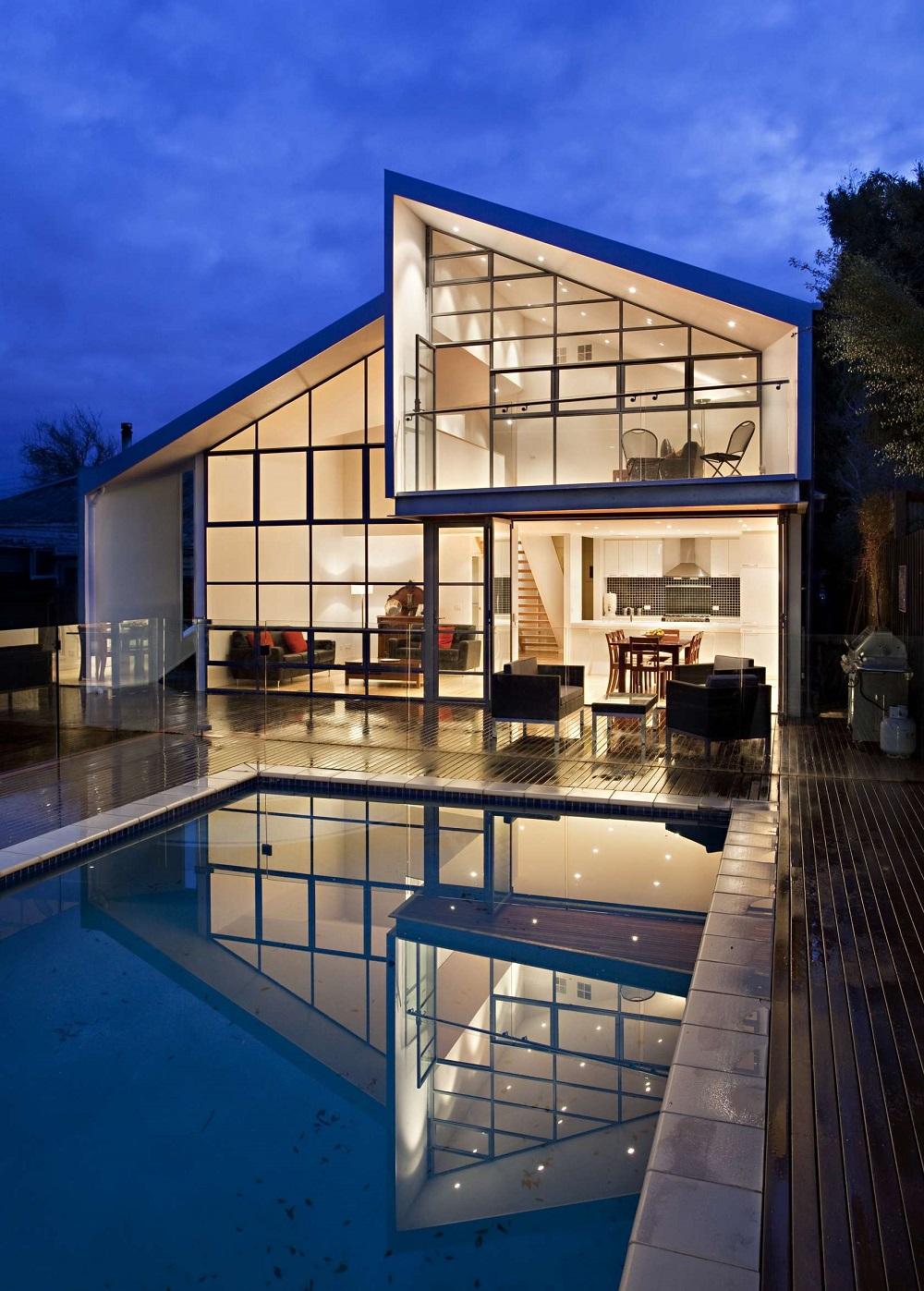 Дома с витражным остеклением прекрасно выглядят как в днем, так и вечером