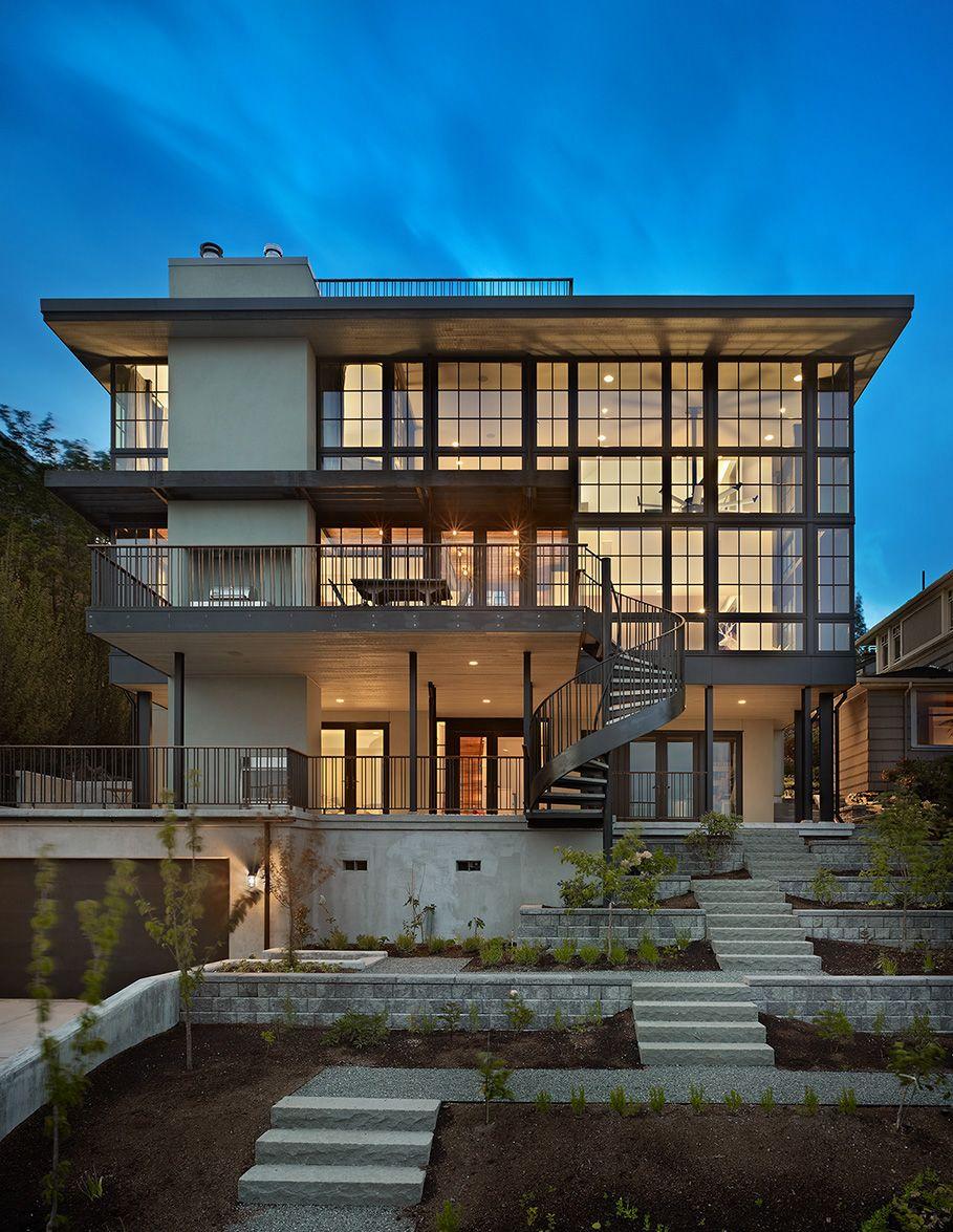 Современный жилой дом с витражным остеклением фасада