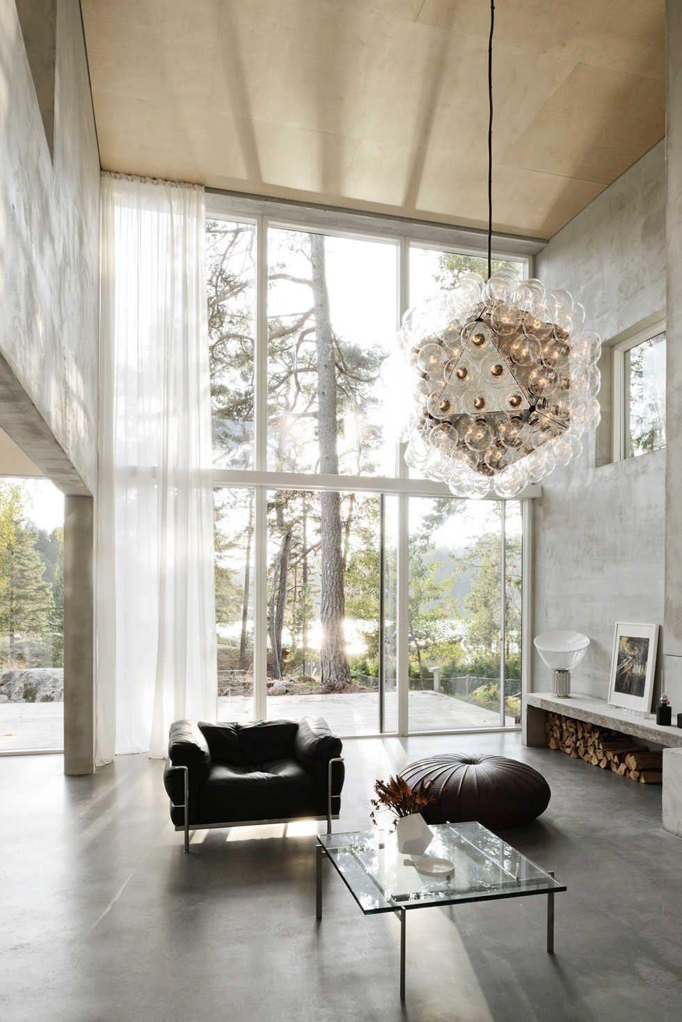 Витражное остекление фасада в доме с интерьером в стиле лофт