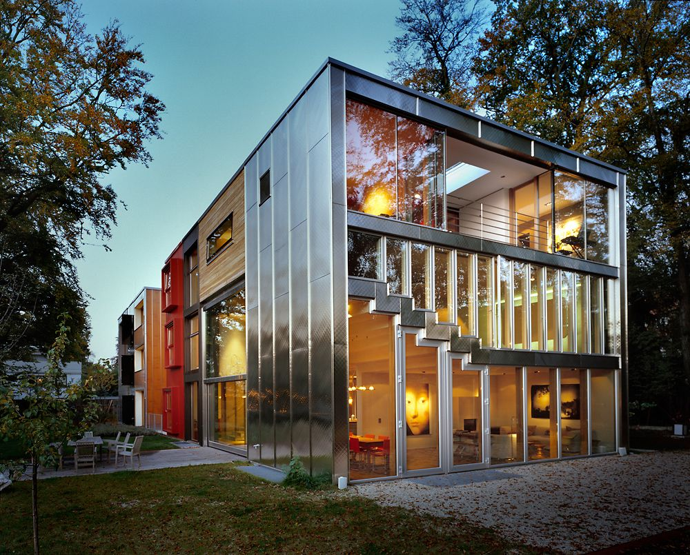 Остекление фасада трехэтажного жилого дома