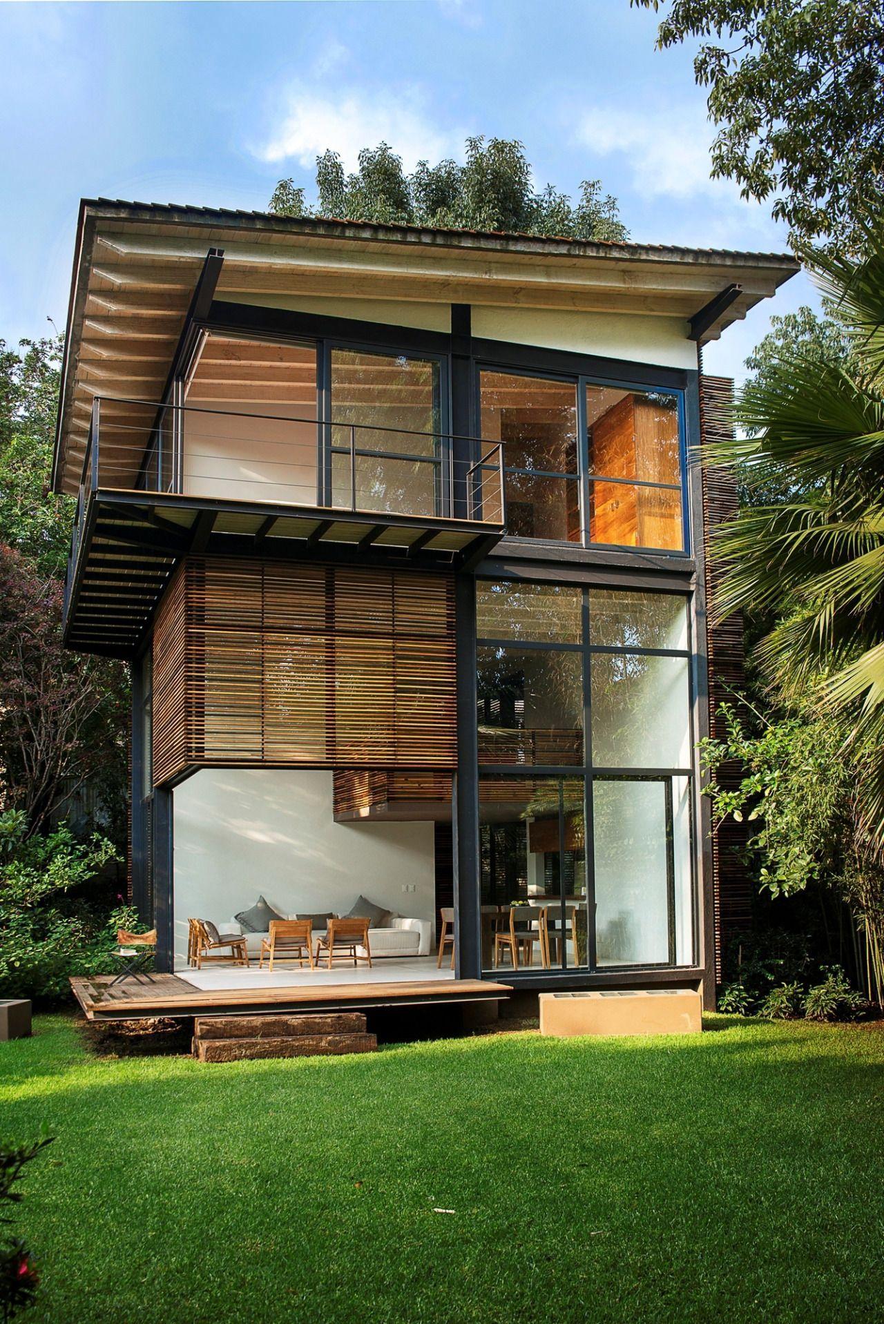 Остекленный фасад небольшого трехэтажного жилого дома