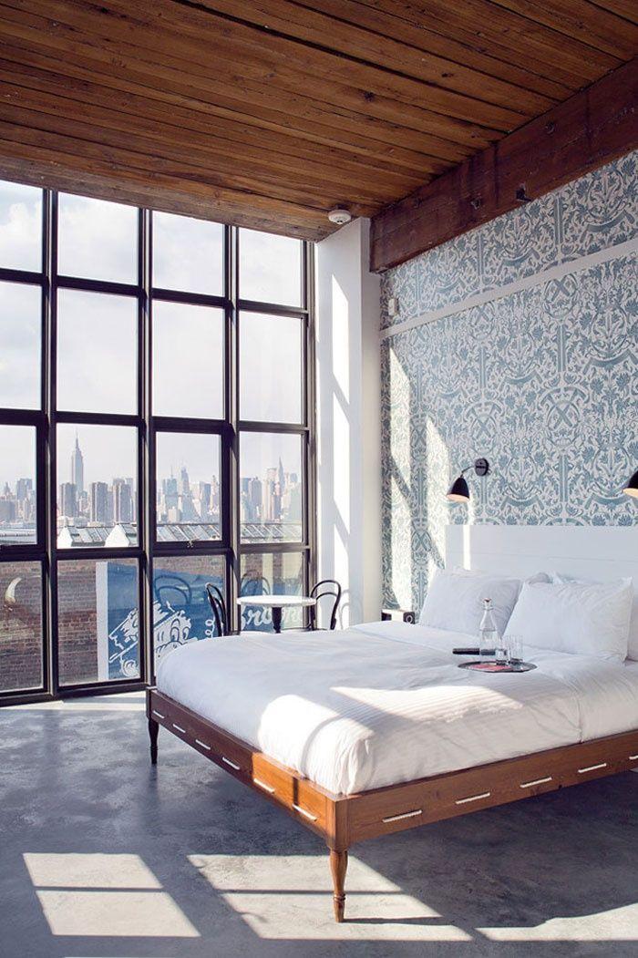 Спальня дома с витражным остеклением фасада, с видом на город