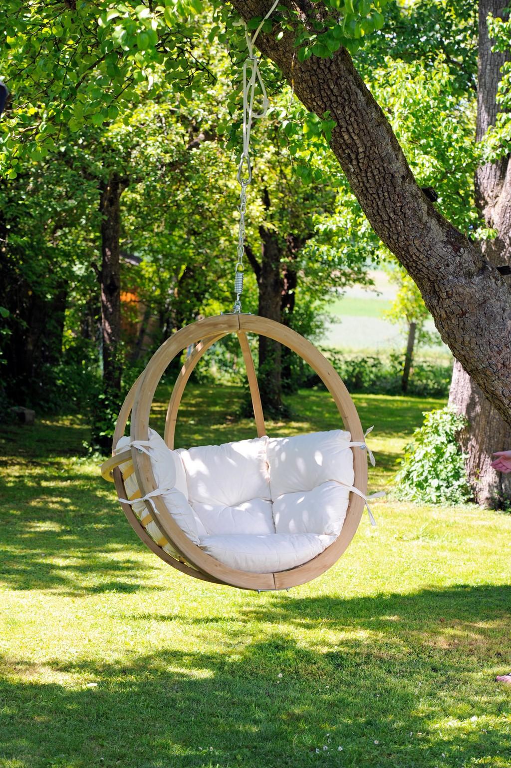 """В такой круглой качельке на мягкой подушке, привязанной к основанию, чтобы не """"улетела"""", приятно будет проводить время не только детям, но и взрослым"""