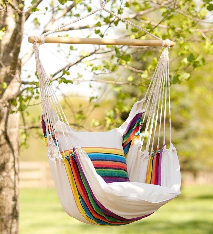 Кресло-подушку для такой качели без труда можно сшить со старого покрывала, правда она будет не такая долговечная, как, например, деревянная, и к тому же ее лучше беречь от влаги