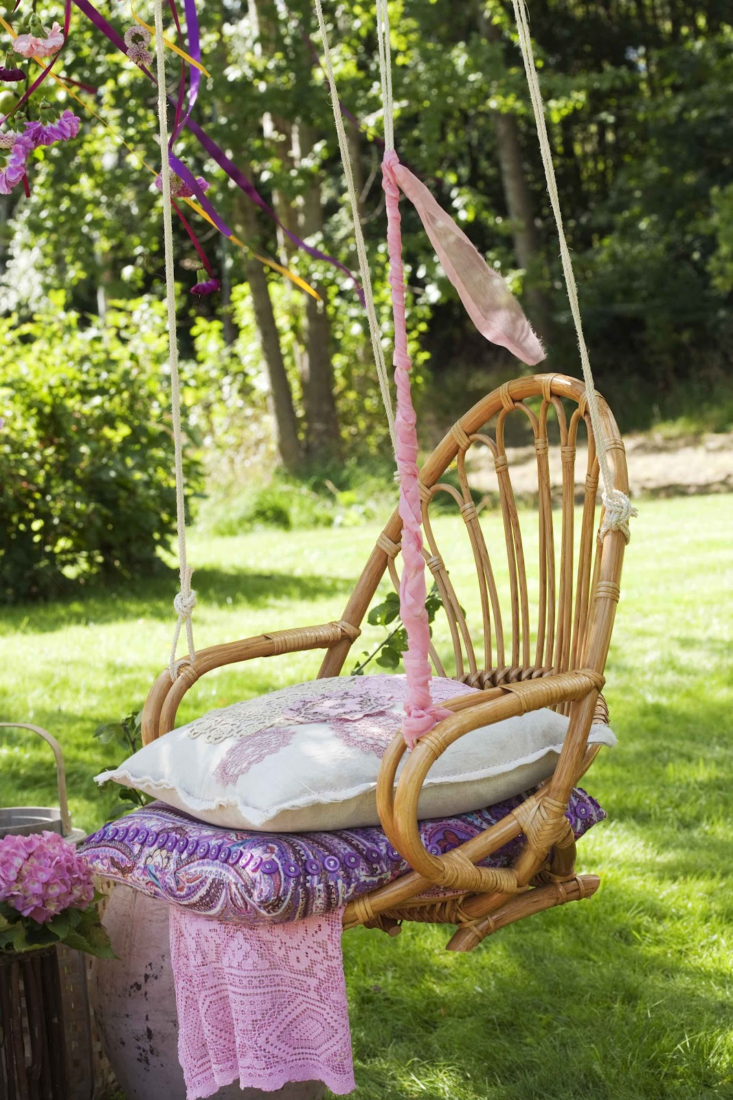 Сидение, сплетенное с лозы, со спинкой обеспечит детям комфортный отдых на качеле