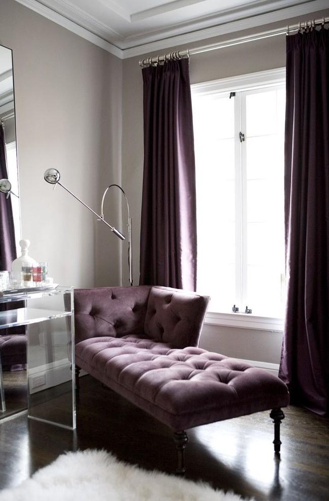 Удачная комбинация штор и софы близких оттенков фиолетового