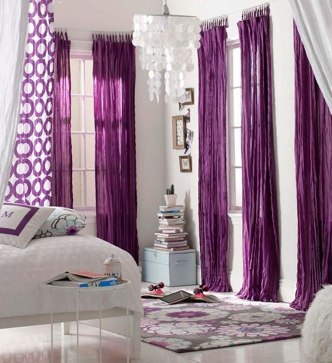 Прекрасное сочетание штор с паттерном, фиолетовых и белых