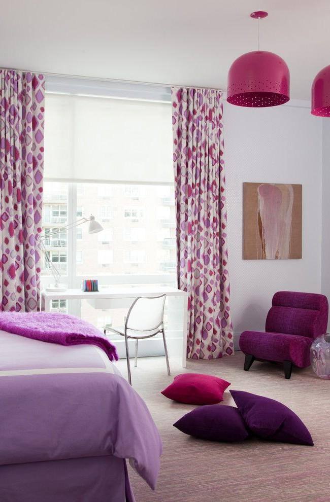 Комбинация из штор с паттерном и других элементов интерьера разных оттенков фиолетового оживит и придаст свежести интерьеру