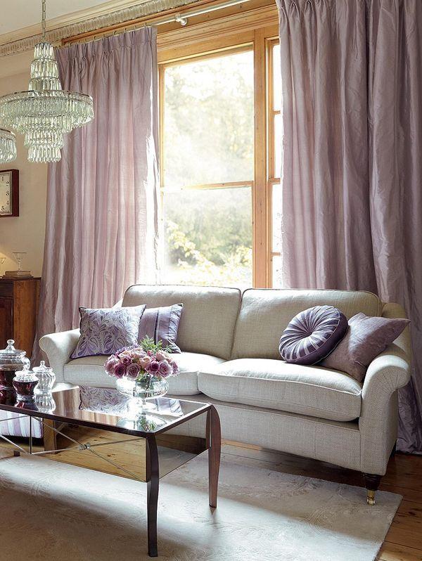 Светлые шторы придают мягкости тону всей комнаты