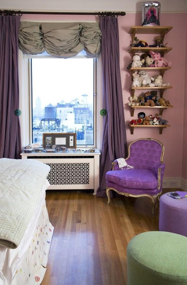 Сочетание фиолетовых и серых штор в детской