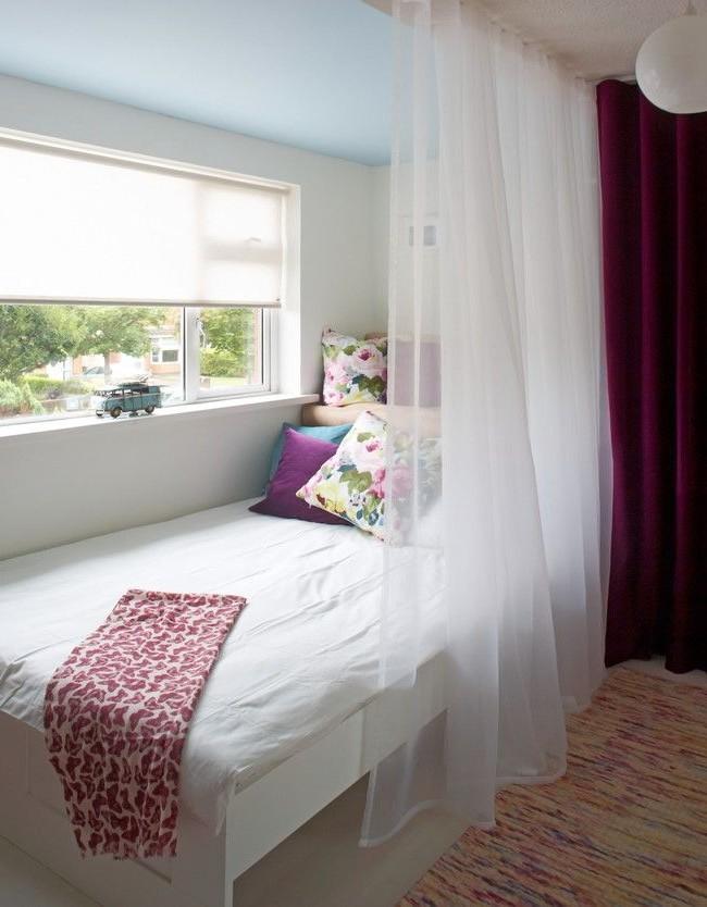 Фиолетовые шторы в сочетании с белыми