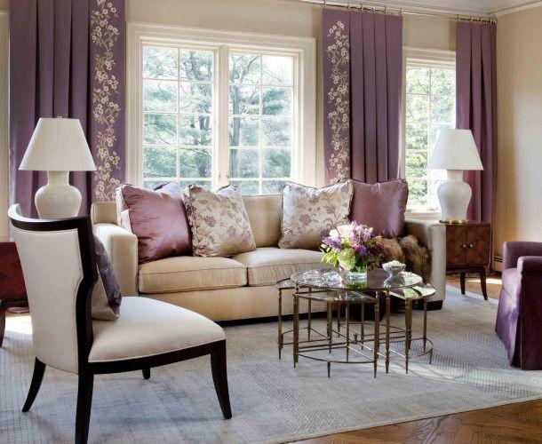 Сочетание штор с цветочным узором монохромных в гостинной